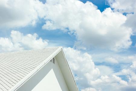 moderne weiße Haus mit Dach an einem sonnigen Tag