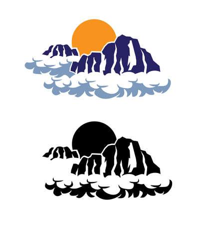 gestileerde bergen in de wolken tegen de ondergaande zon