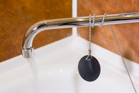 paucity: water flowing from the crane and stopper for a bathtub; 150 sec; f5,0; ISO 800 is small noise