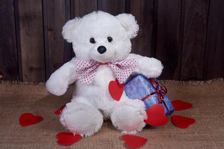 toy a polar bear holds a box a gift around Valentine's Day cards lie Stockfoto
