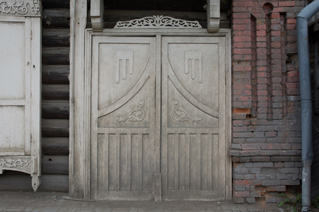 Old double-wing wooden doors with patterns of gray color, very dirty. Stockfoto