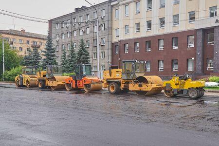 Krasnoyarsk, Russia - July 27, 2018: skating rinks for asphalt laying, a break before the next shift. Redactioneel
