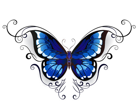 tatuaje de la mariposa azul adornada con el modelo elegante en un fondo blanco.