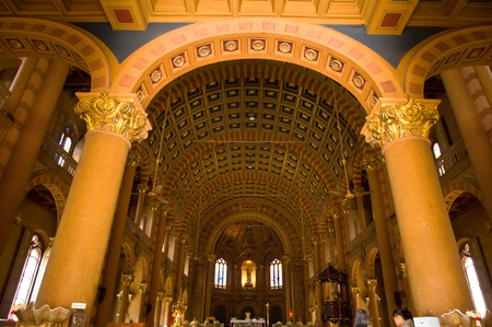 El hermoso interior de la iglesia cat�lica europea en Bang Rak, Bangkok, Tailandia