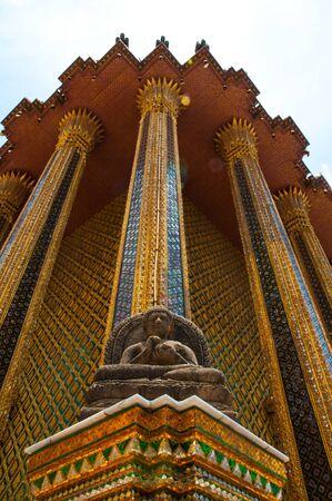 beeld van Boeddha in Grand Palace - in Wat Phra Kaew, Tempel van de Emerald Buddha, Bangkok, Thailand.