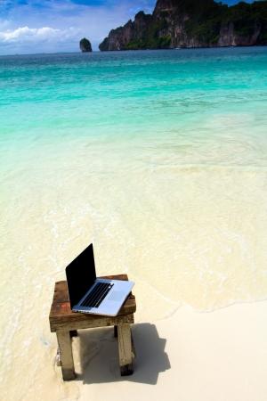 Ordinateur portable sur la plage - fond voyages d'affaires, Krabi, Thaïlande Banque d'images - 13615621