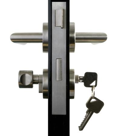 Aluminium deurknop op de zwarte deur witte achtergrond