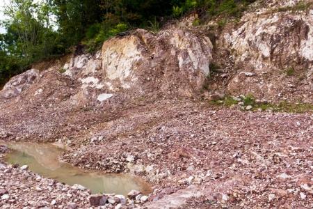 Heuvel na aardverschuiving op het landschap vervorming