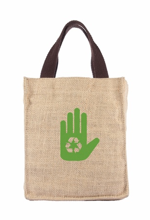 tela blanca: Cesta de la compra hecha de saco de arpillera reciclado con la formaci�n de m�s de fondo blanco Foto de archivo
