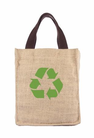 tela algodon: Cesta de la compra hecha de saco de arpillera reciclado con la formaci�n de m�s de fondo blanco Foto de archivo