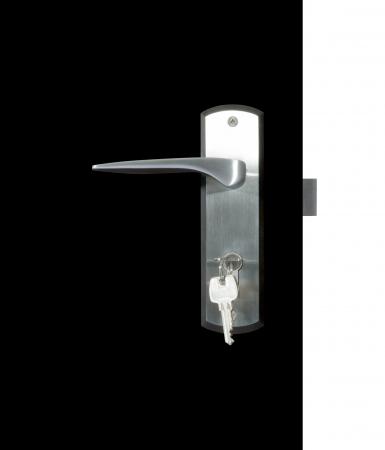 Aluminium deurknop op de zwarte deur, witte achtergrond deur witte achtergrond Stockfoto