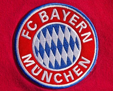 ドイツのサッカー クラブの FC バイエルン ミュンヘンのバッジ 報道画像