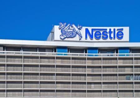 logotipos de empresas: Frankfurt am Main, Alemania - 30 de septiembre de 2012: Frankfurt Oficina de Nestl A, una empresa suiza multinacional de la alimentaci�n? Editorial