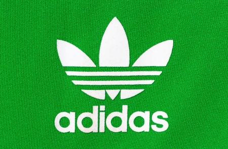 adidas: Adidas: Duitse multinational produceert sportkleding gevestigd in Herzogenaurach, Duitsland Redactioneel
