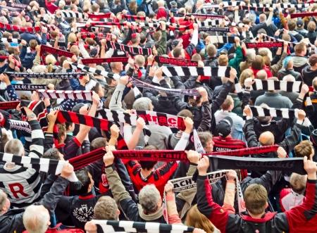 coreografia: Frankfurt, Alemania, 4 de mayo de 2013: Eintracht Frankfurt Football Club aficionados antes del partido contra el equipo de Duesseldorf. Editorial