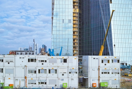 フランクフルト ・ アム ・ マイン, ドイツ - 2013 年 6 月 15 日: フランクフルトのマイン川に欧州中央銀行 (ECB) のための新しい建物の建設現場。背景: