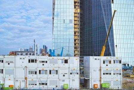supervisión: Frankfurt am Main, Alemania - 15 de junio de 2013: Obras de construcción del nuevo edificio para el Banco Central Europeo (BCE) en el río Main en Frankfurt. Antecedentes: Horizonte del distrito financiero.