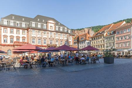 ハイデルベルク, ドイツ - 2015 年 7 月 16 日: 古い市庁舎と Heildelberg の古い町の地区での市場