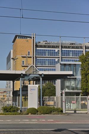 ダルムシュタット, ドイツ - 2015 年 9 月 27 日: Merck KGaA の南大門工場