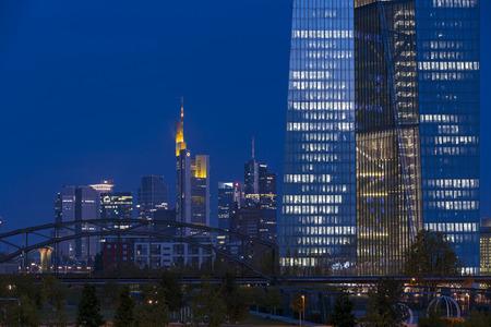 フランクフルト ・ アム ・ マイン, ドイツ - 2015 年 9 月 9 日: スカイラインと欧州中央銀行の新しいビル