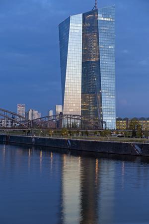フランクフルト ・ アム ・ マイン, ドイツ - 2015 年 9 月 9 日: 欧州中央銀行 ECB のリバーサイド事務所ビル