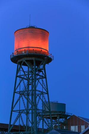 ボーフム、ドイツ - 2015 年 10 月 11 日: 夜ボーフムの Jahrhunderthalle の上部に赤い照明水タワー。 報道画像