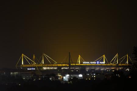 ドルトムント, ドイツ - 2015 年 11 月 1 日: ズィグナル イドゥナ パルク夜ヴェストファーレンハーレンとして知られている、ドイツのフットボールのホーム グラウンドのチーム ボルシア ・ ドルトムント 写真素材 - 50623985