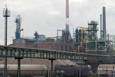 フランクフルト、ドイツ - 2015 年 8 月 15 日: 工業団地、グリースハイム地区の化学工場。