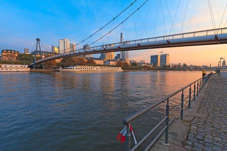 フランクフルト ・ アム ・ マイン, ドイツ - 2015 年 10 月 24 日: Holbeinsteg - 金融街につながる主な川に架かる歩行者橋