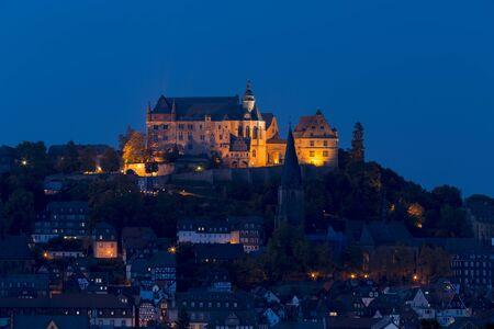 マールブルク, ドイツ - 2015 年 10 月 10 日: マールブルク宮殿と旧市街の夜景
