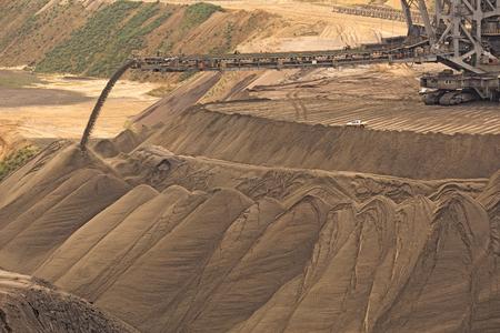 Garzweiler、ドイツ - 2013 年 9 月 9 日: 北のラインウエストファーレンの褐炭鉱山を表面します。