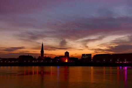 聖 Lambertus 教会と旧宮殿の塔日の出