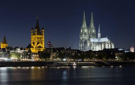 ケルン, ドイツ - 2015 年 10 月 2 日: ケルン大聖堂とケルンの夜のスカイライン