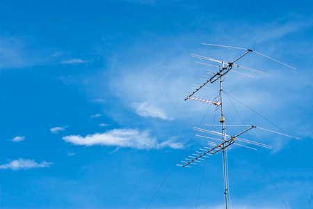 communication de la radio sur le ciel bleu