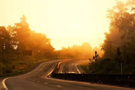 在早晨阳光下的曲线路