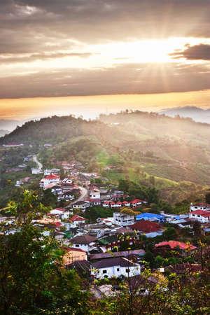 在山的日出在泰国北部