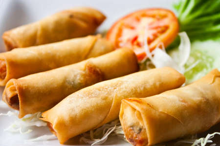 plat chinois: Fried chinois traditionnel printemps rouleaux alimentaire Banque d'images