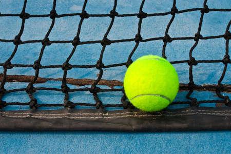 tennis stadium: Pelota de tenis verde dentro de la l�nea Foto de archivo