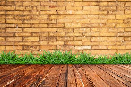 brick floor: Antigua muralla de ladrillo y c�sped verde en suelo de madera