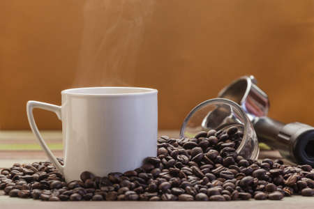 frijol: Vapor on white coffee and beans background Foto de archivo