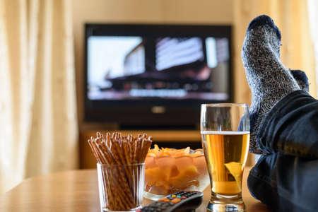 テレビ、テレビ見て (映画) の足でテーブルとスナック - ストック フォトの膨大な量に