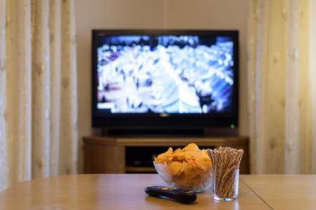 テレビ、テレビ難民キャンプ、スナック テーブルの上でニュースを見て