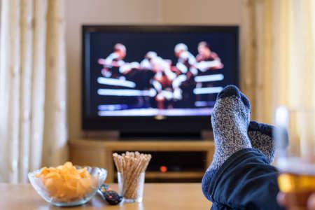 テレビ、テレビ見て (ボクシングの試合) の足で食べる軽食とビール - ストック フォトのテーブルの上 写真素材