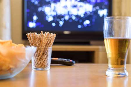 テレビ、テレビ見て (ボクシングの試合) では軽食やアルコールの横になっている表 - ストック フォトで