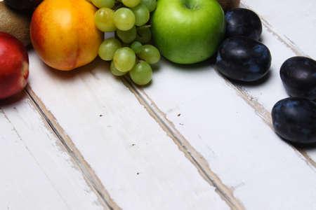 Une poignée de fruits sur la table Banque d'images - 88042946