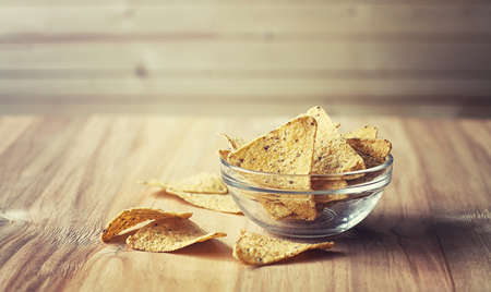 jarra de cerveza: Corn chips in the jar. Traditional snack for beer Mexican nachos. Nachos with spices and pepper on wooden table.