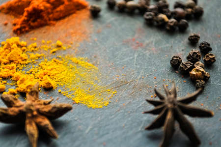家のテーブルに散らばっている東の香辛料ウコンと pe 写真素材