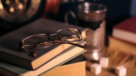 Libros antiguos y té por la tarde. Foto de archivo - 93363989