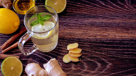 Drink from the lemon on the table. Lemon and ginger drink. The w Imagens