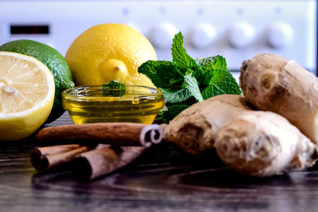 Drink from the lemon on the table. Lemon and ginger drink. The w Standard-Bild